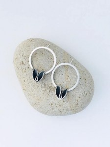 HOOP earrings with petal detail