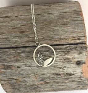 Hoop pendant textured leaves